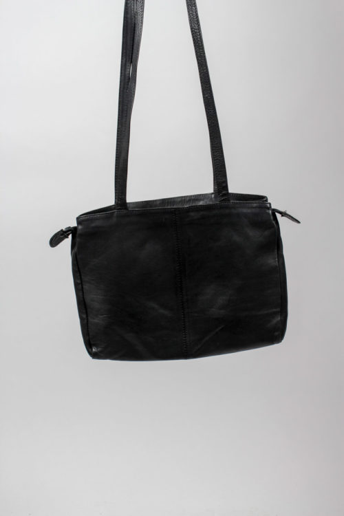 schwarze Tasche langer Riemen
