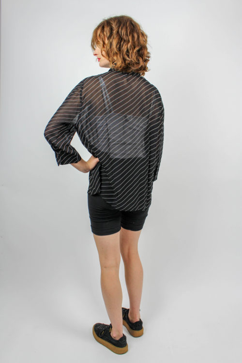schwarze Bluse transparend