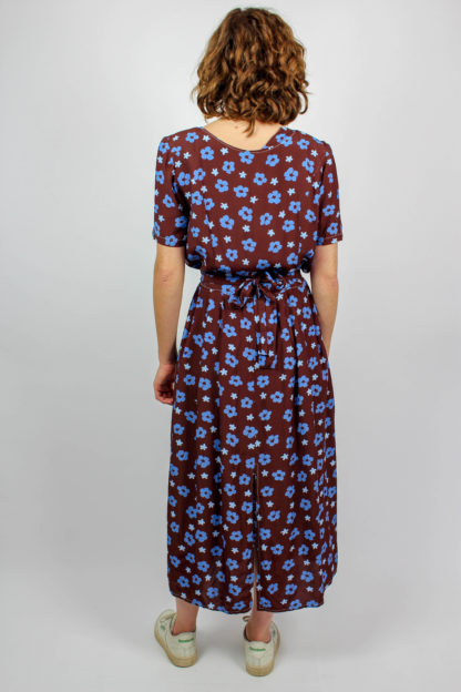Braunes Kleid blau geblümt