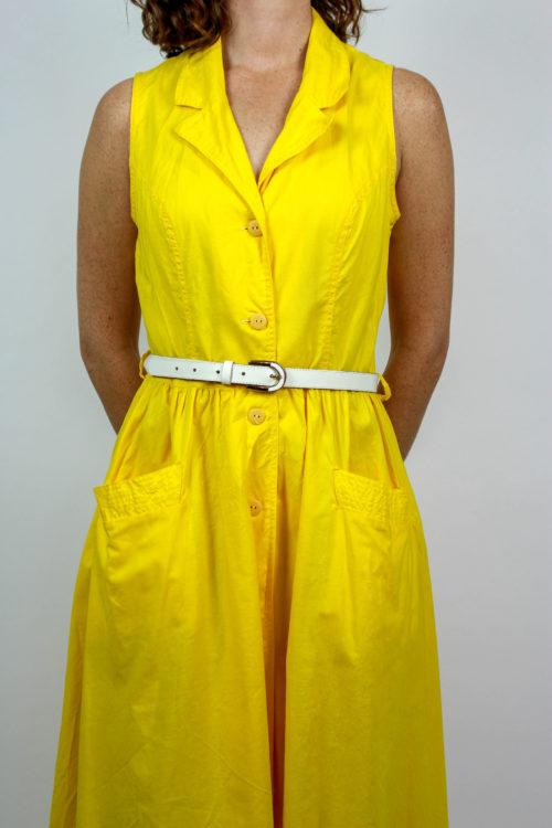 Gelbes Kleid weißer Gürtel