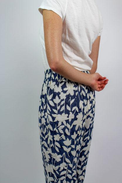 Sommerhose blau weiß geblümt