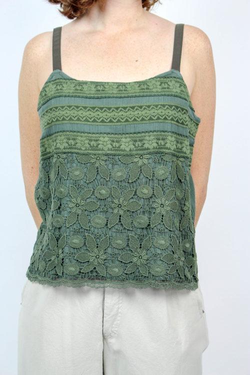 grünes Shirt mit Stickerei