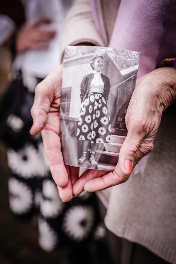 Oma Doris mit Foto